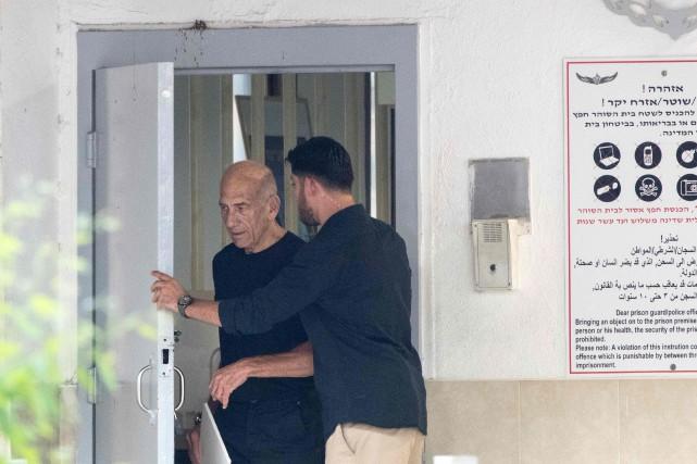 Ehud Olmertest sorti par une porte arrière de... (AFP, JACK GUEZ)