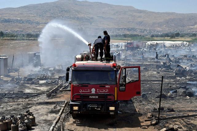 L'incendie qui s'est déclaré près d'un camp de... (PHOTO HASSAN ABDALLAH, REUTERS)