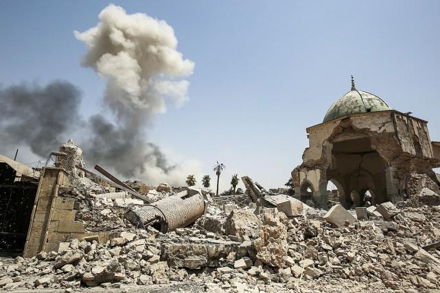 De la fumée s'élève au-dessus des ruines de... (PHOTO AHMAD AL-RUBAYE, AGENCE FRANCE-PRESSE)