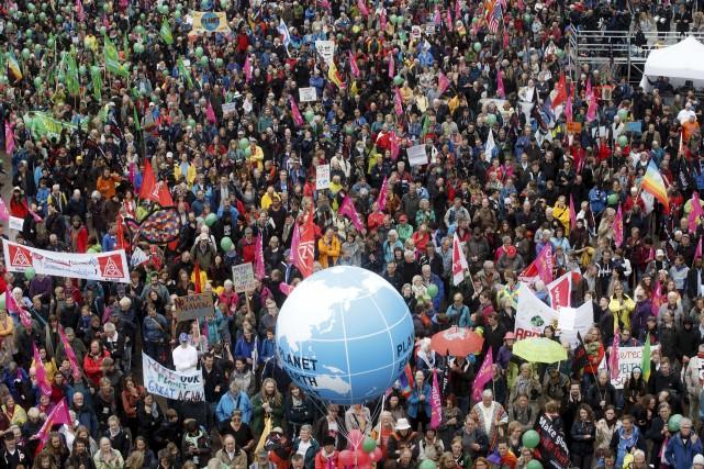 Des milliers de personnes ont manifesté dans le... (AP, Markus Scholz)