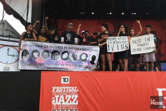 Les manifestants vêtus de noirs ont marché jusqu'à... (PHOTO ROBERT SKINNER, LA PRESSE)