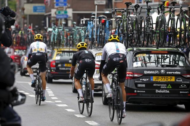 Le Britannique Chris Froome (à droite), qui a... (AP, Peter Dejong)