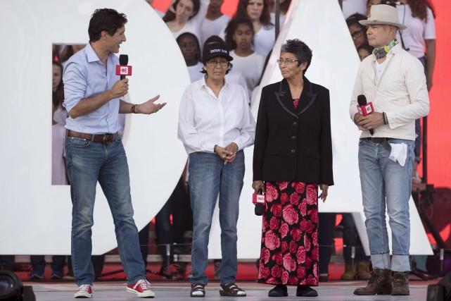 Justin Trudeau s'adresse à Daisy Wenjack, Pearl Wenjack... (Justin Tang, La Presse Canadienne)