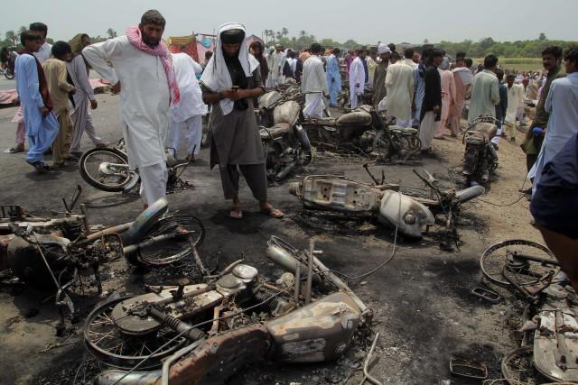 «Le bilan des morts dans l'incendie du camion... (AP)
