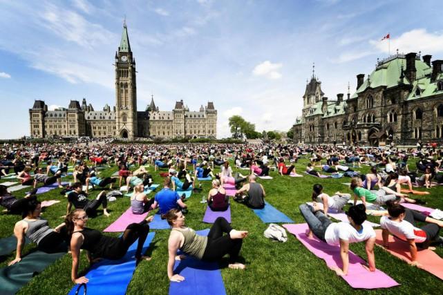 Grande séance de yoga sur la colline du... (Photo Bernard Brault, La Presse)