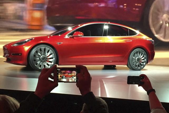 Tesla va démarrer vendredi la production du «Model... (AP, Justin Pritchard)