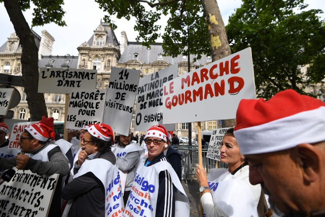 Lundi matin, plusieurs dizaines de forains, commerçants ou... (PHOTO AFP)