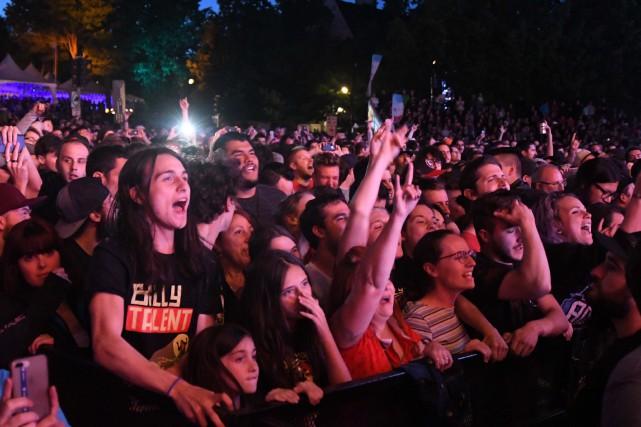 Plusieurs milliers de personnes assistaient, dimanche, au spectacle... (Andréanne Lemire)