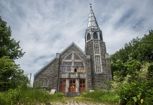 Un peu comme l'usine Aleris, l'église Sainte-Marie-Madeleine est... (François Gervais)