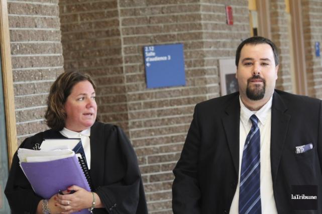 Philippe Benoit-Lessard et son avocate Me Stéphanie Côté... (La Tribune, René-Charles Quirion)