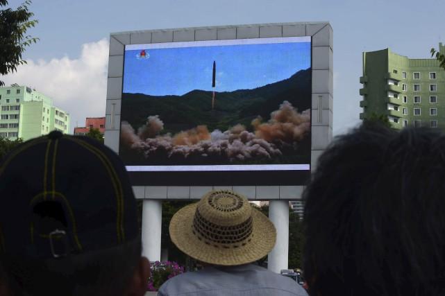 Des citoyens de Pyongyang se sont assemblés pour... (AFP, Kim Won-Jin)