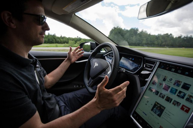 Une Tesla en mode Autopilot, lors d'un test... (Photo Olivier PontBriand, La Presse)