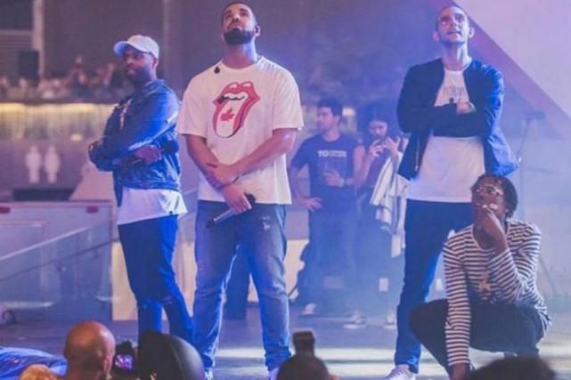 Le rappeur Drake a surpris la foule réunie... (Photo tirée du compte Twitter de @artipatel)