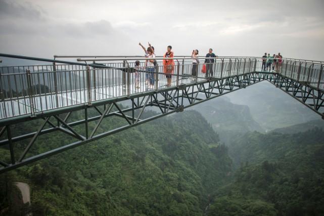 Lapasserelle de 69,6 mètres de long, située dans... (PHOTO AFP)