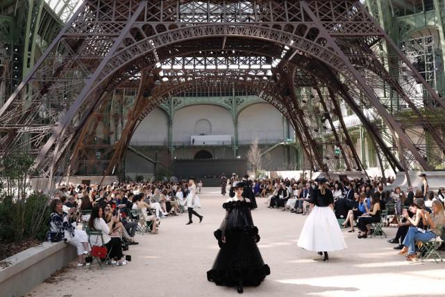 Karl Lagerfeld a clamé son amour pour Paris,... (PHOTO AFP)