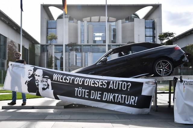 Un collectif allemand a installé une berline noire... (PHOTO AFP)