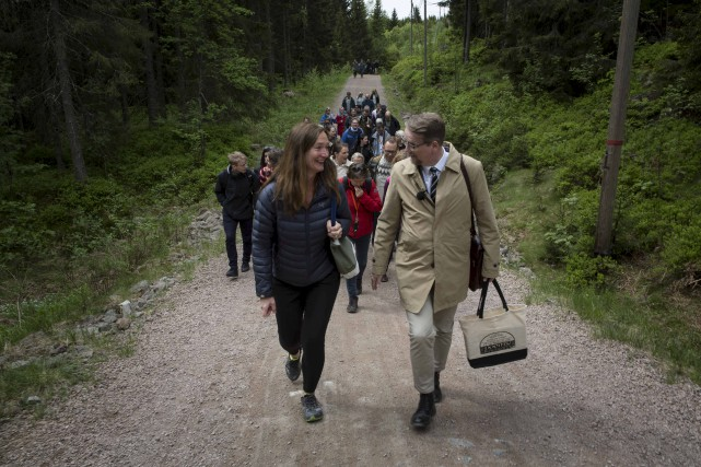 Le poète islandais Sjón (à droite) s'est rendu... (AFP)