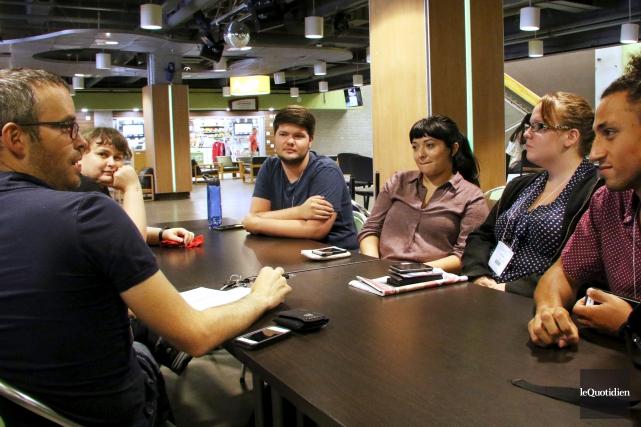 Le journaliste du Quotidien, à gauche, a discuté... (Photo Le Quotidien, Yohann Gasse)