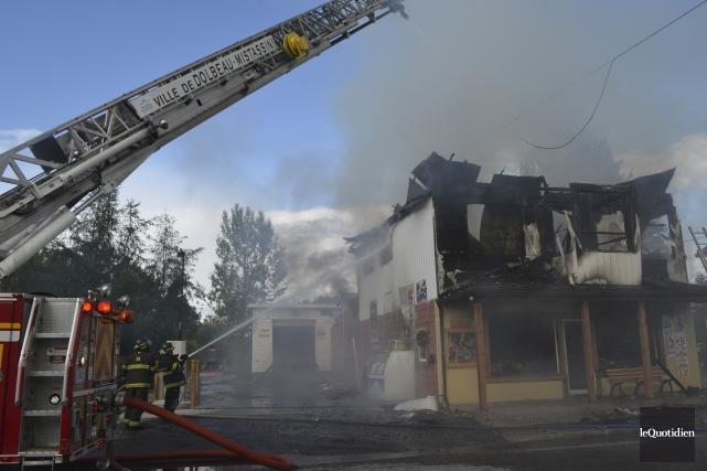 Le feu a complètement détruit le dépanneur Chez... (Photo Le Quotidien, Louis Potvin)