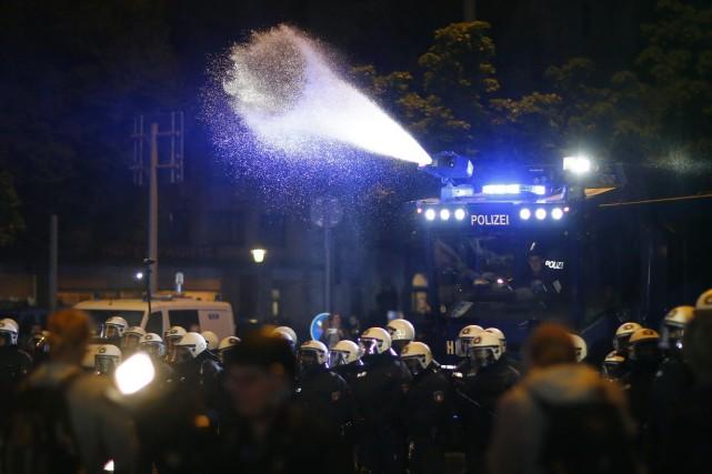 La police a utilisé un canon à eau... (PHOTO REUTERS)