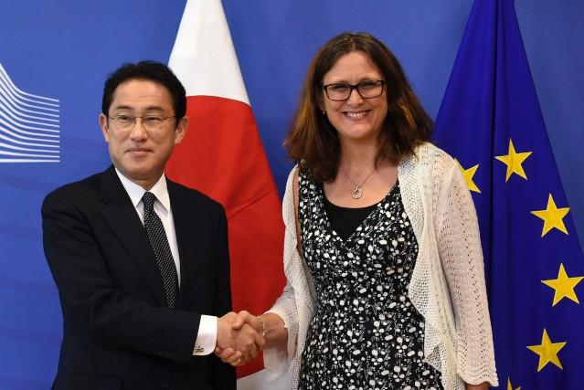 La commissaire européenne au Commerce, Cecilia Malmström etFumio... (AFP)