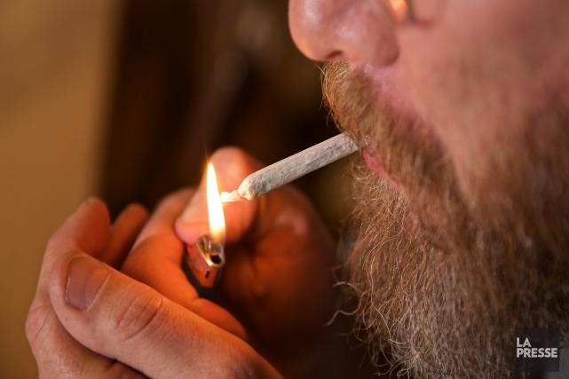 Le projet de loi légalisant la consommation de... (Archives La Presse)