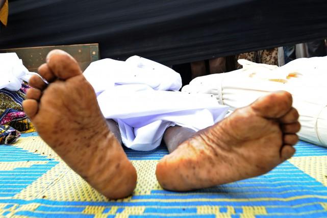 Au moins 77personnes ont trouvé la mort dans l'accident d'un camion de... (PHOTO SIA KAMBOU, AFP)