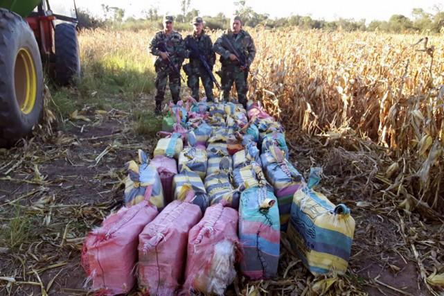 Des gendarmes argentins posent devant des sacs contenant... (PHOTO AFP)