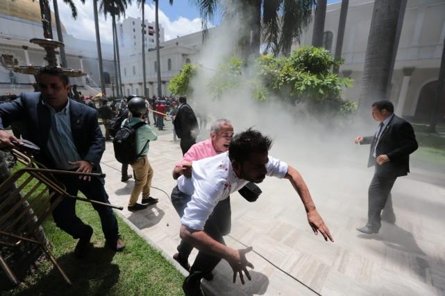 L'évacuation du parlementn'a pu avoir lieu qu'après plusieurs... (PHOTO AP)