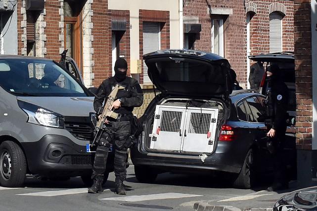 «Nous recherchons encore plusieurs suspects de terrorisme», a... (AFP)