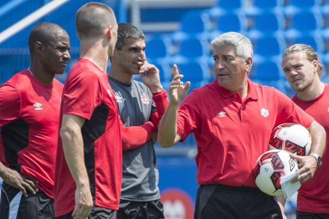 Octavio Zambrano (à droite) a été nommé entraîneur-chef... (Photo Paul Chiasson, PC)