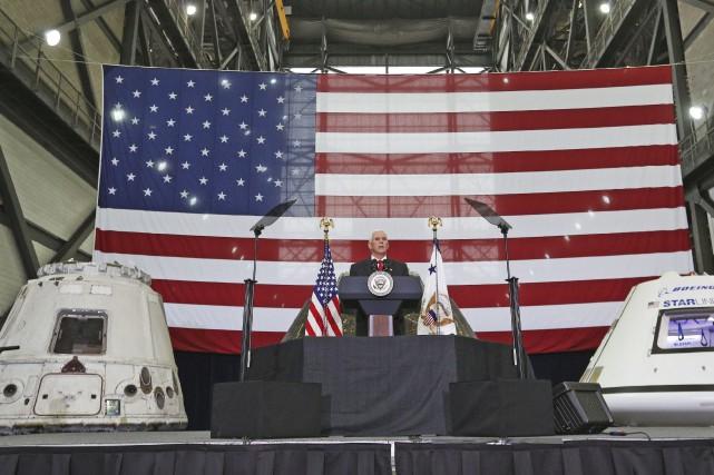 Mike Pence a visité jeudi le Centre spatial... (Photo Red Huber/Orlando Sentinel via AP)