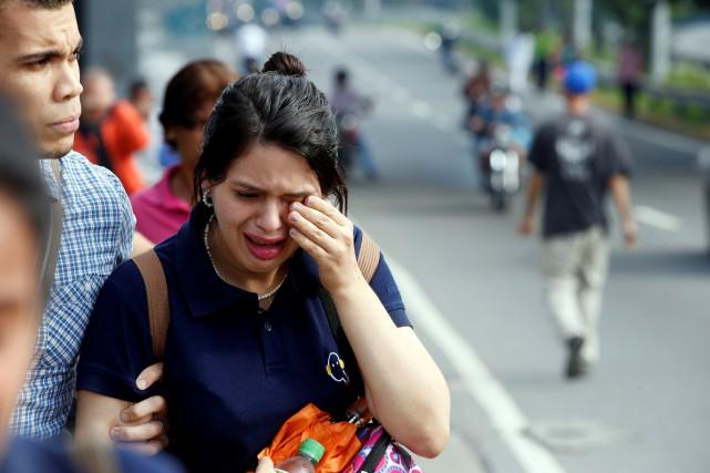 Une femme se frotte l'oeil après avoir été... (PHOTO REUTERS)