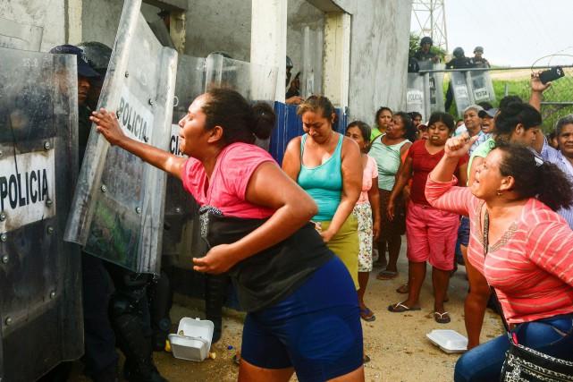 Des proches des détenus de la prison deLas... (PHOTO AFP)