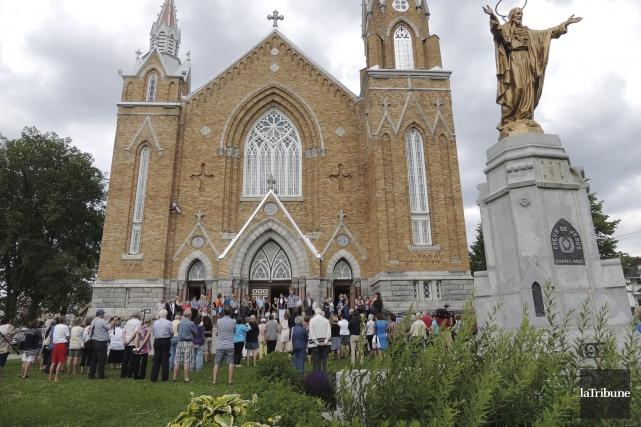 À la sortie de la messe commémorative, les... (La Tribune, Ronald Martel)