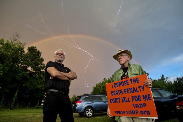 Deux opposants à la peine de mort ont... (PHOTO AP)