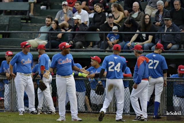 Les joueurs et entraîneurs de la formation cubaine... (Pascal Ratthé, Le Soleil)
