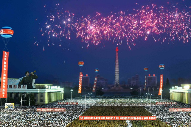 Le ciel de Pyongyang a été embrasé jeudi soir par un gigantesque feu d'artifice... (PHOTO REUTERS)