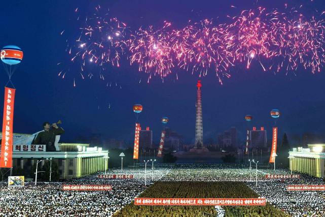 Le ciel de Pyongyang a été embrasé jeudi soir par un gigantesque feu d'artifice... (PHOTO REUTERS)