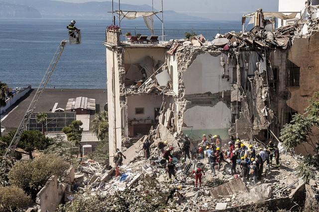 Une trentaine de pompiers ainsi que des dizaines... (PHOTO RENATO ESPOSITO, AGENCE FRANCE-PRESSE)