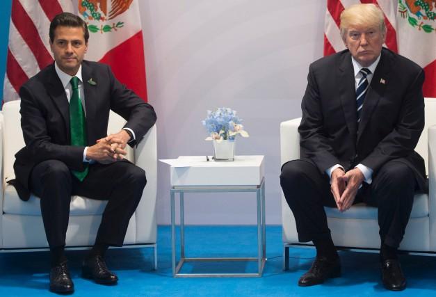 Le président mexicainEnrique Pena Nieto et son homologue... (AFP, SAUL LOEB)