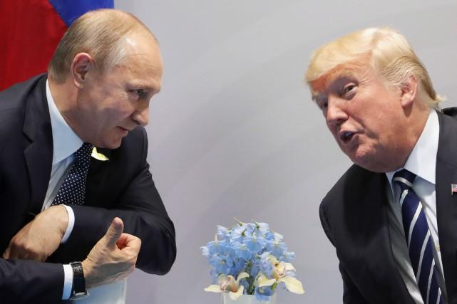 Donald Trump et Vladimir Poutine ont entamé leur... (PHOTO SPUTNIK / Mikhail KLIMENTIEV, AFP)