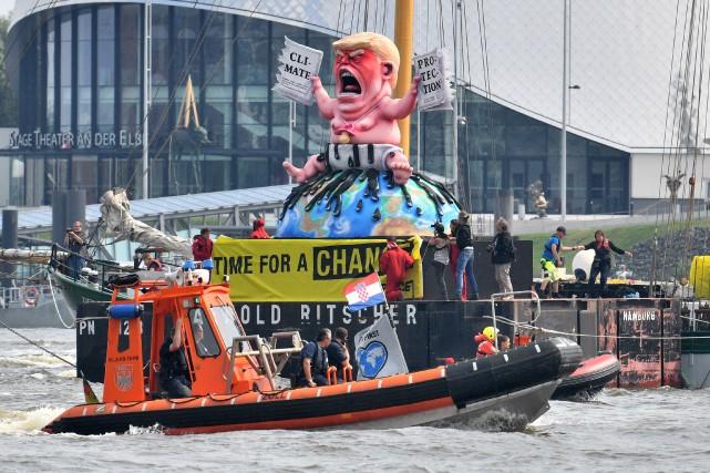 Des activistes de Greenpeace ont manifesté devant les... (PHOTO Boris Roessler, AFP)