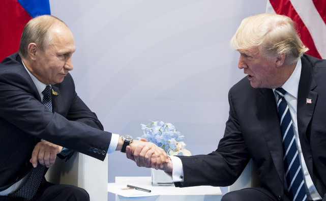 La rencontre entre Vladimir Poutine et Donald Trump... (PHOTO MARCELLUS STEIN, ARCHIVES ASSOCIATED PRESS)