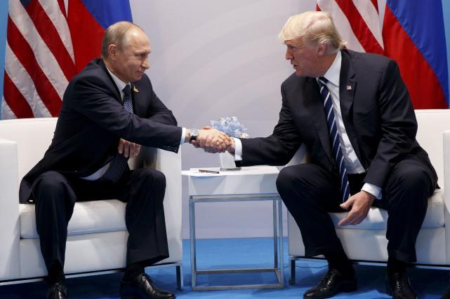 L'échange entre les présidents Vladimir Poutine et Donald... (AP, Evan Vucci)