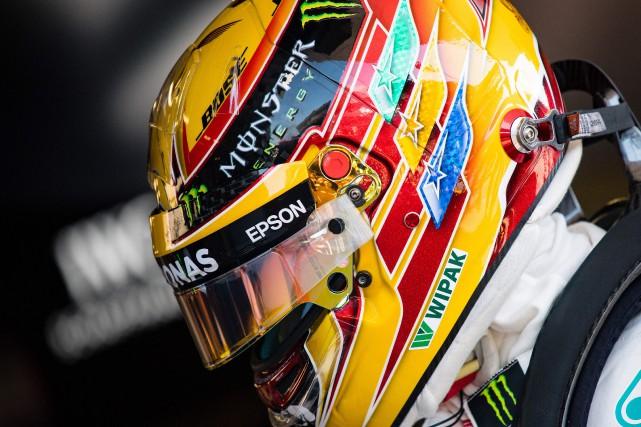Lewis Hamilton dans les puits, entre les deux... (Photo : AFP)