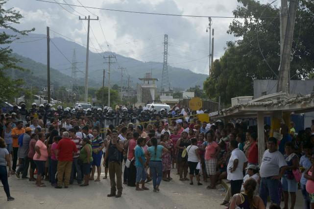 Des centaines de personnes, pour la plupart des... (AFP, Francisco Robles)