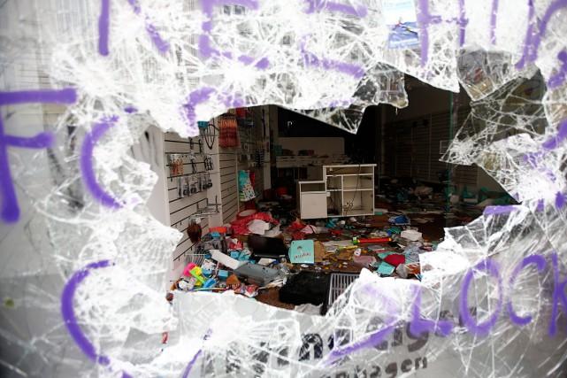 Ce magasin a vu sa vitrine fracassée avant... (PHOTO FABRIZIO BENSCH, REUTERS)