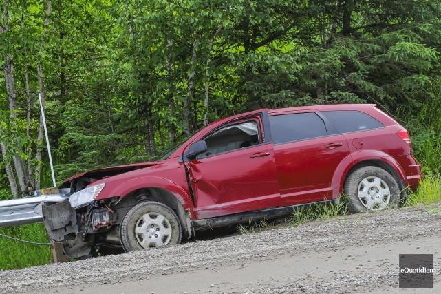 Le conducteur aurait eu un malaise. Le véhicule... (Photo Le Quotidien, Gimmy Desbiens)