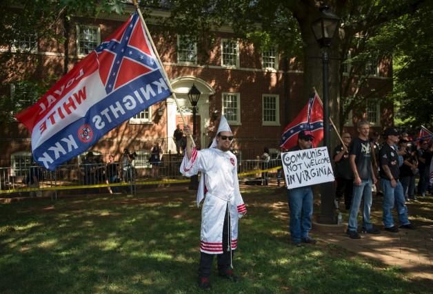 Des membres du Ku Klux Klan ont manifesté... (AFP, Andrew Caballero-Reynolds)